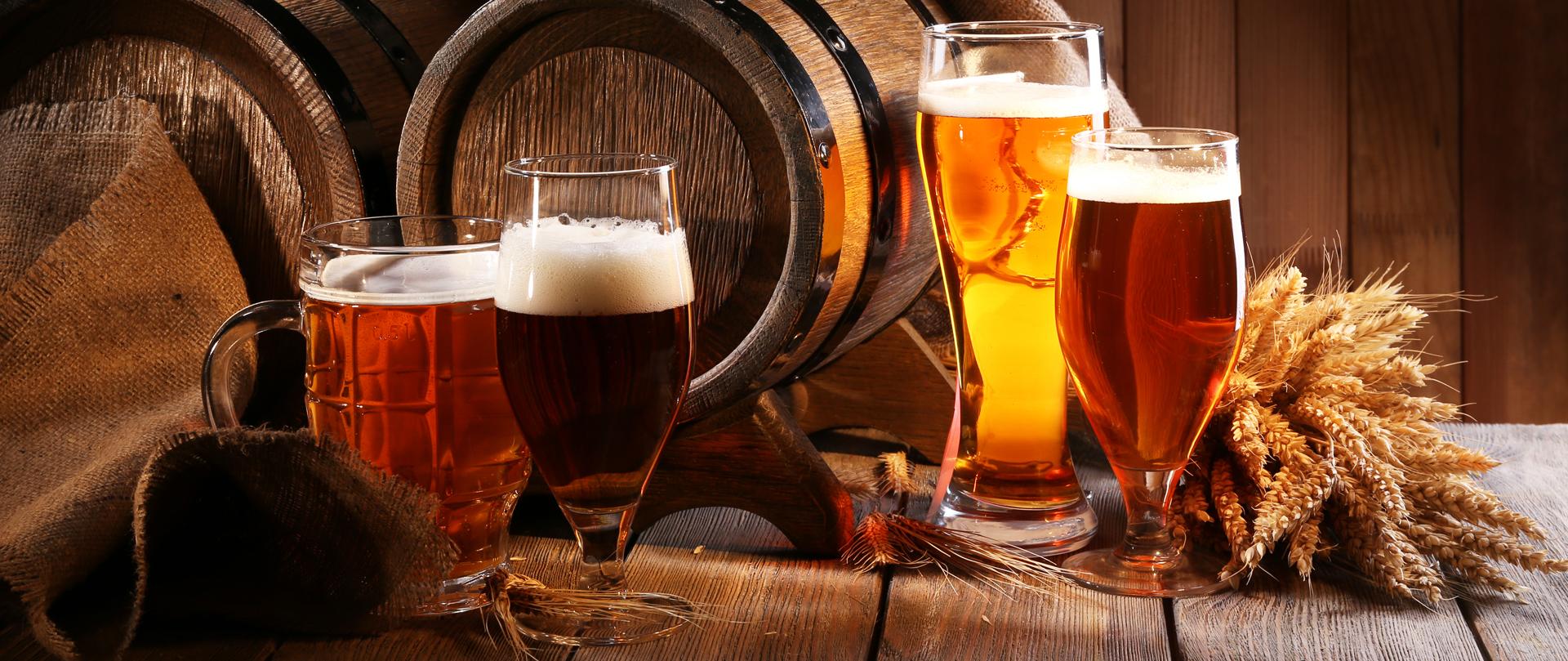 Gefüllte Biergläser auf einem Tisch