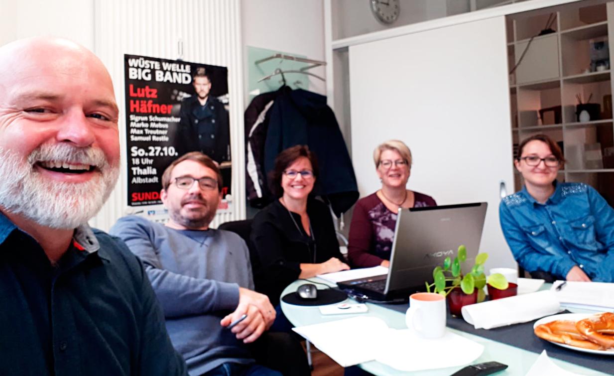 Das Team der Agentur LOGO! dasKreativbüro bei einer Strategiebesprechung