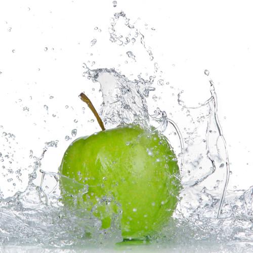 Apfel mit Spritzwasser