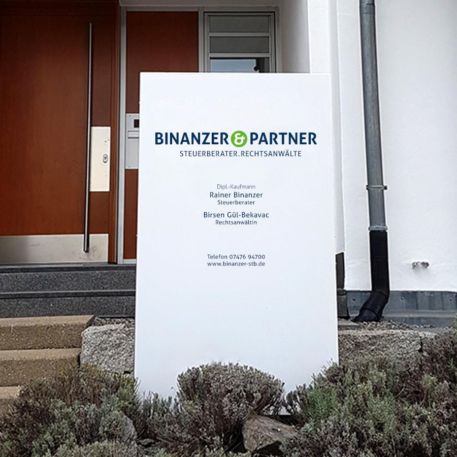 Pylon vor dem Eingangsbereich der Kanzlei Binanzer & Partner